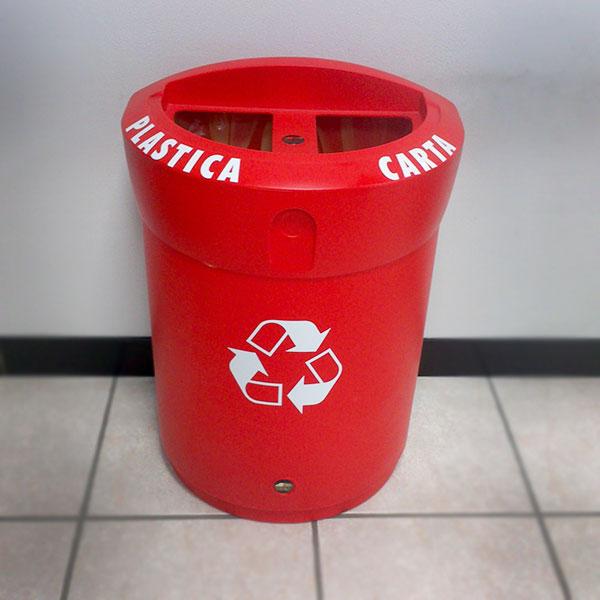 cestino per interni ENVOY DUO™ rosso su sfondo ufficio